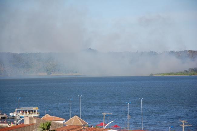 Fumaça podia ser avistada na parte alta e da orla lagunar de Marechal. (foto: Sandro Quintela)