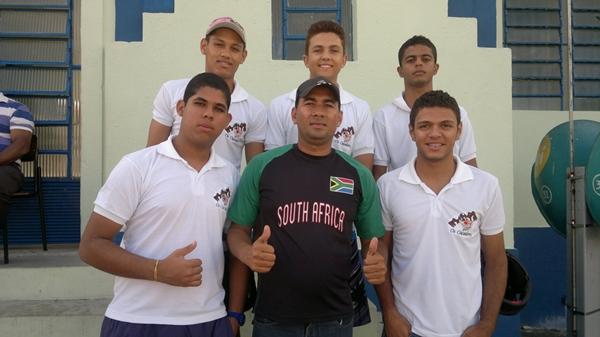André do MN com os representantes do bloco Caça Folia. (foto: Gal)