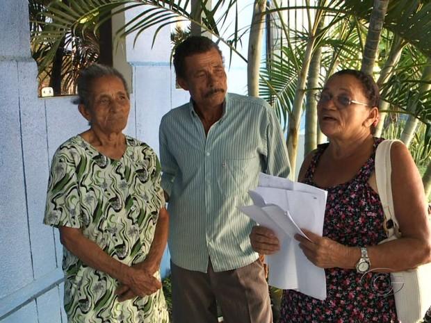Filho e vizinha de beneficiária tentam provar ao INSS que aposentada está viva. (Foto: Reprodução/TV Gazeta)