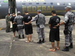 Foto mostra transferência de um grupo de presos no ano passado