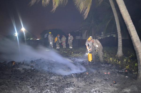 Bombeiros tiveram trabalho para controlar o incêndio. (fotos: André do MN)