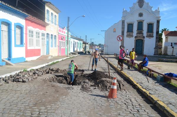 Técnicos do SAAE fazem a manutenção na área afetada. (foto: André do MN)