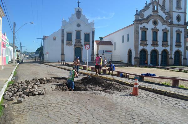 Tubulação se rompeu no centro histórico deodorense. (foto: André do MN)