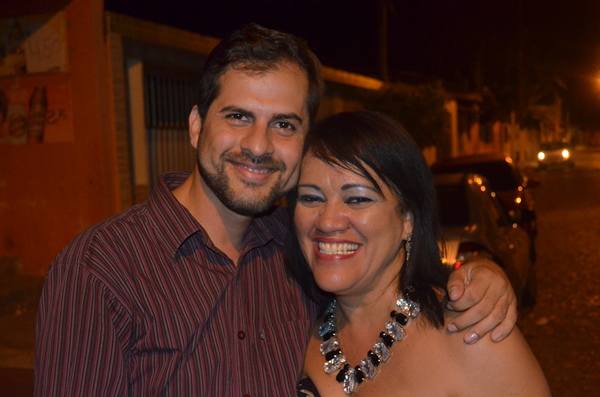 Vereador Júnior Lopes ao lado da cantora Rose D'Paula. (foto: André do MN)