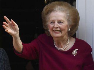 A ex-premiê britânica Margaret Thatcher acena da entrada de sua casa em 2010 (Foto: AFP)