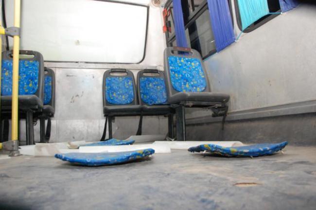 As cadeiras foram arrancadas no interior dos veículos. (foto: Sandro Quintela)