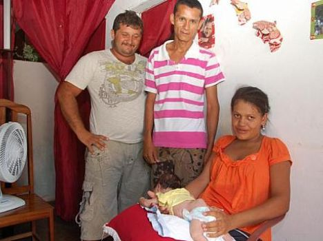 Familiares mostram o bebê. (foto: Sandro Quintela)