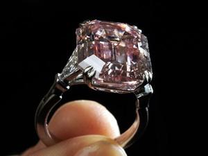 Idosa distraída não se lembrou de concurso eacabou engolindo o anel sem querer (Foto ilustrativa/AFP)