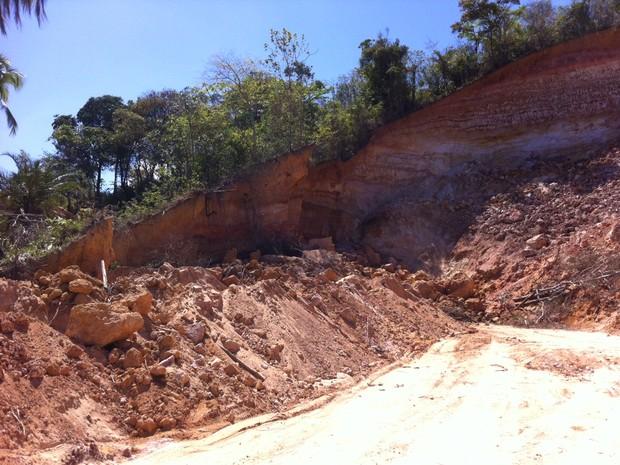 Operários trabalhavam na retirada de areia no momento do acidente. (Foto: Fabiana De Mutiis/G1)