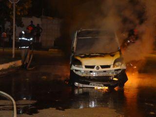 Veículo que se envolveu no acidente foi incendiado pela população (Foto: Thiago Gomes)