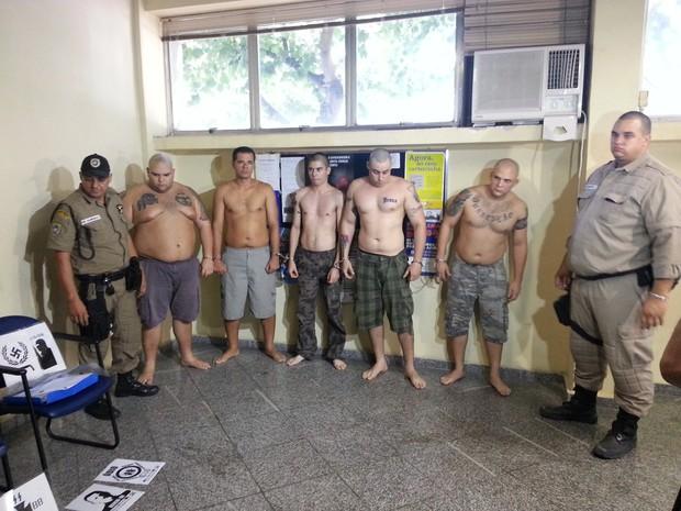 Neonazistas foram levados para a delegacia neste sábado (Foto: Ana Paula Santos / TV Globo)