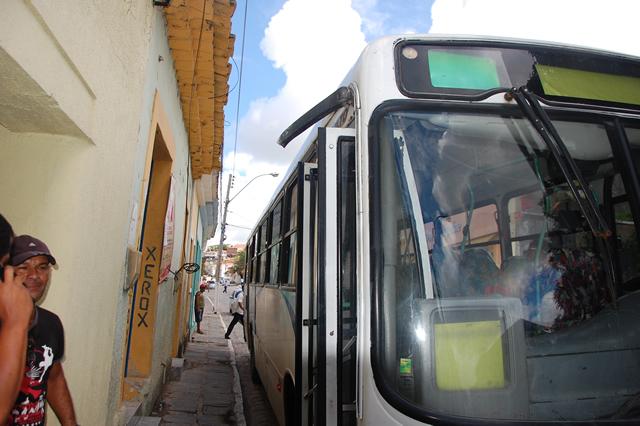 Ônibus colidiu contra um poste na Tavares Bastos.