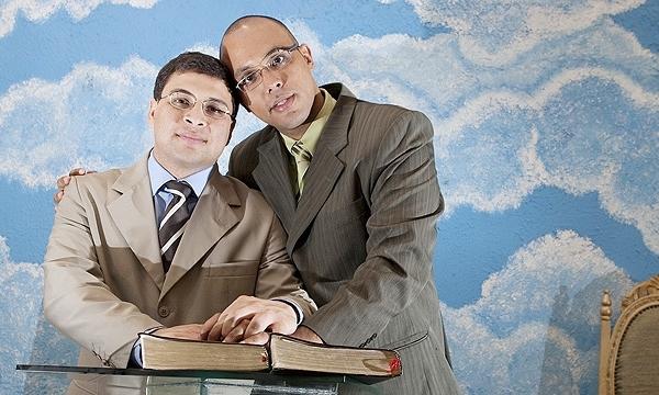 Os pastores Marcos Gladstone (à esq.), 37, e Fábio Inácio de Souza, 33, na Igreja Cristã Contemporânea, no Rio (RJ)