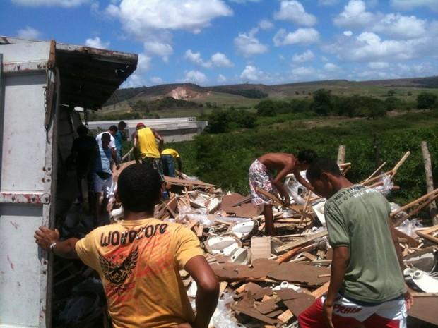 População saqueia carga de porcelanato na BR-101, em São Miguel dos Campos, AL. (Foto: Henrique Pereira/G1)