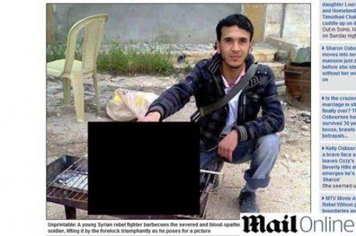 A fotografia mostra um jovem posando ao lado de uma cabeça decapitada colocada sobre uma churrasqueira (Foto: Reprodução/dailymail.co.uk)