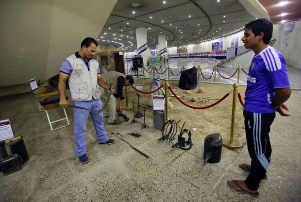 Objetos usados para tortura podem ser manuseados em exposição na capital iraquiana (Foto: Ali al-Saadi/AFP)