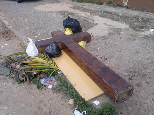 Cruz foi deixada ao lado de algumas sacolas de lixo. (foto: André Marechal)