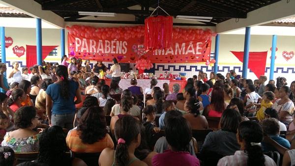 Dezenas de mães participam da homenagem. (foto: André do MN)