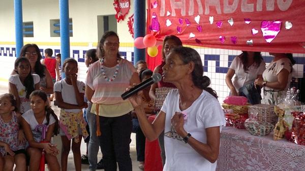 Mães também participam das apresentações.
