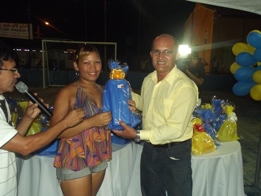 Vereador Neilton Costa realizando a entrega de brindes as mães da comunidade. (foto: Gabriel Santos)