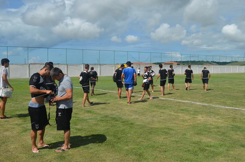 Jogadores do Nacional na chegada ao campo do Grêmio. (foto: André do MN)