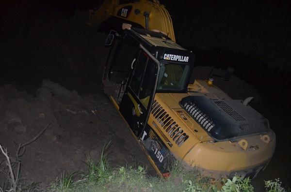 Um guindaste deverá ser utilizado para retirar a máquina do rio. (André do MN)