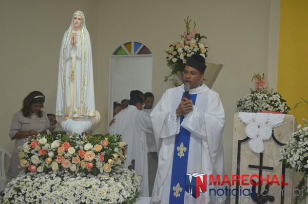 Padre Raul ao lado da imagem de Fátima. (foto: Gabriel Santos)
