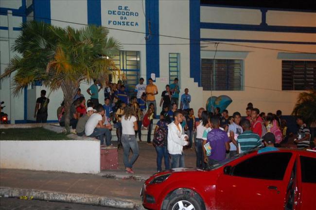 Assustados, os alunos abandonaram as salas de aula. (foto: Sandro Quintela)