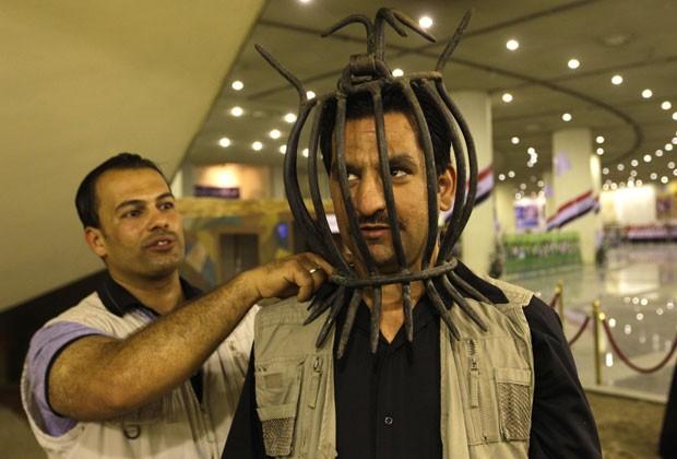 Máscaras foram expostas em antigo monumento usado por Hussein para homenagear soldados iraquianos mortos (Foto: Khalid Mohammed/Reuters)