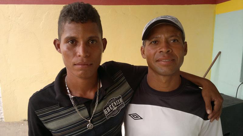 """Anderson, ao lado do irmão """"Lascado"""". (foto: André do MN)"""
