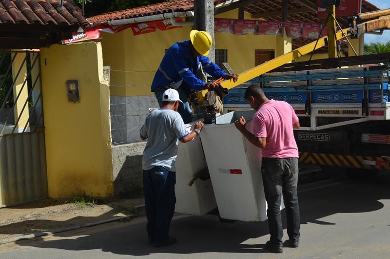 Técnicos da Seinfra realizam manutenção na iluminação pública. (foto: André do MN)