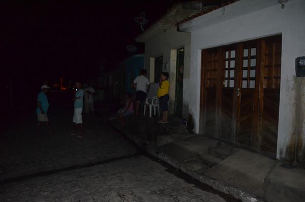 Rua está as escuras e sem previsão de restabelecimento de energia. (foto: André do MN)