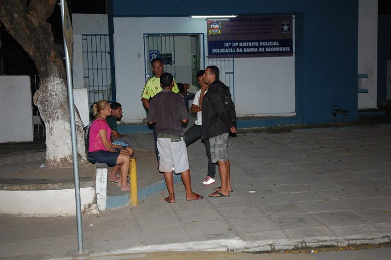 Vítimas foram encaminhadas para a Delegacia da Barra. (foto: Sandro Quintela)