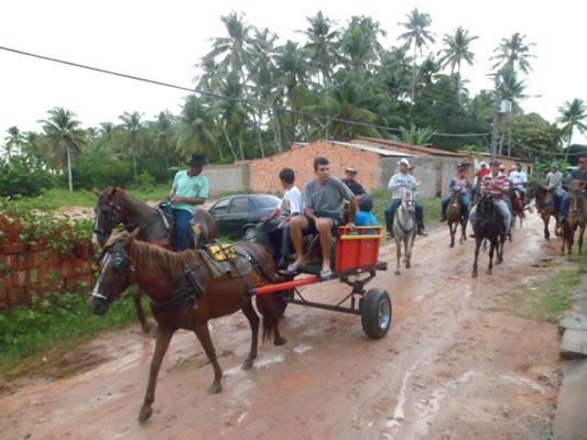 Cortejo seguiu pelas principais ruas do povoado. (foto: Gabriel Santos)
