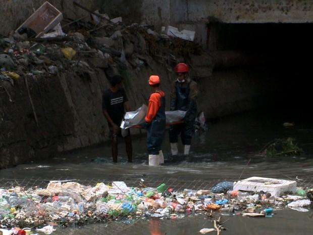 Em meio ao lixo, até um cadáver já foi encontrado no Riacho Salgadinho (Foto: Reprodução/TV Gazeta)