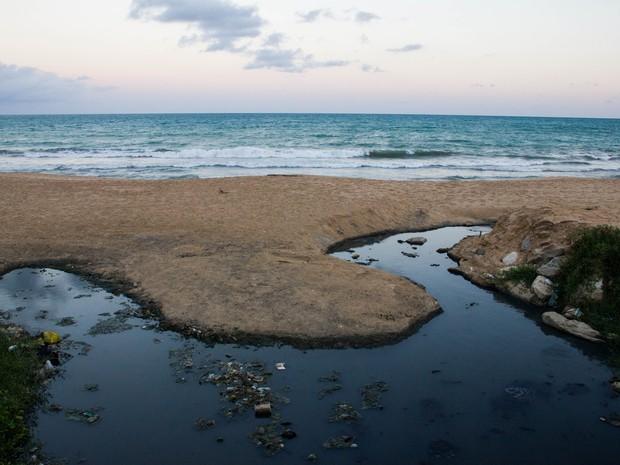 Praias da capital são manchadas pelas línguas negras que seguem em direção ao mar (Foto: Jonathan Lins/G1)
