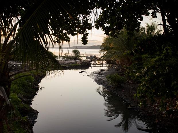 Canal de esgoto cai direto na Lagoa do Mundaú (Foto: Jonathan Lins/G1)