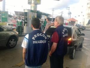 Fiscais acompanham ato para evitar que postos se recusem a abastecer com apenas R$ 0,50. (Foto: Nívio Dorta/G1)
