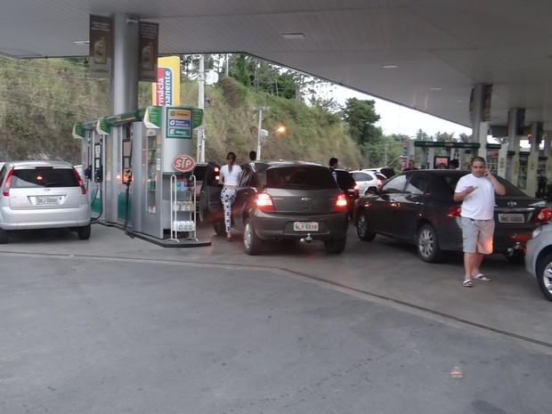 Motoristas percorrem três postos em ato contra aumento do combustível. (Foto: Nívio Dorta/G1)