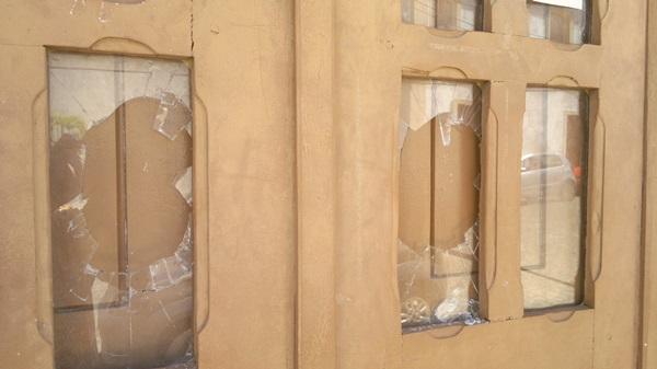 Vidros foram quebrados a socos e pontapés.