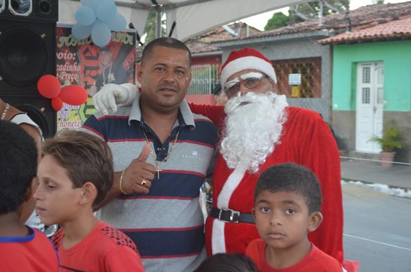 Empresário Valdinho ao lado do Papai Noel.
