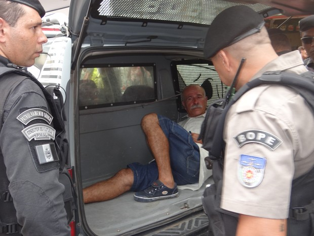 Benedito Tenório Cavalcante foi levado pelo Bope para Central de Flagrantes. (Foto: Nívio Dorta/G1)