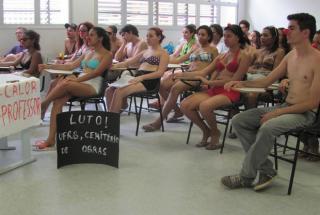 Estudantes da UFRB vão de biquíni para as salas de aula, na Bahia (Foto: Anacley Souza/Site Voz da Bahia )