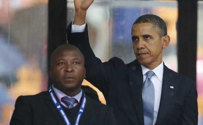 Thamsanqa Jantjie (ao lado de Obama) disse a jornal local que estava ouvindo vozes enquanto estava no palco de homenagem a Mandela