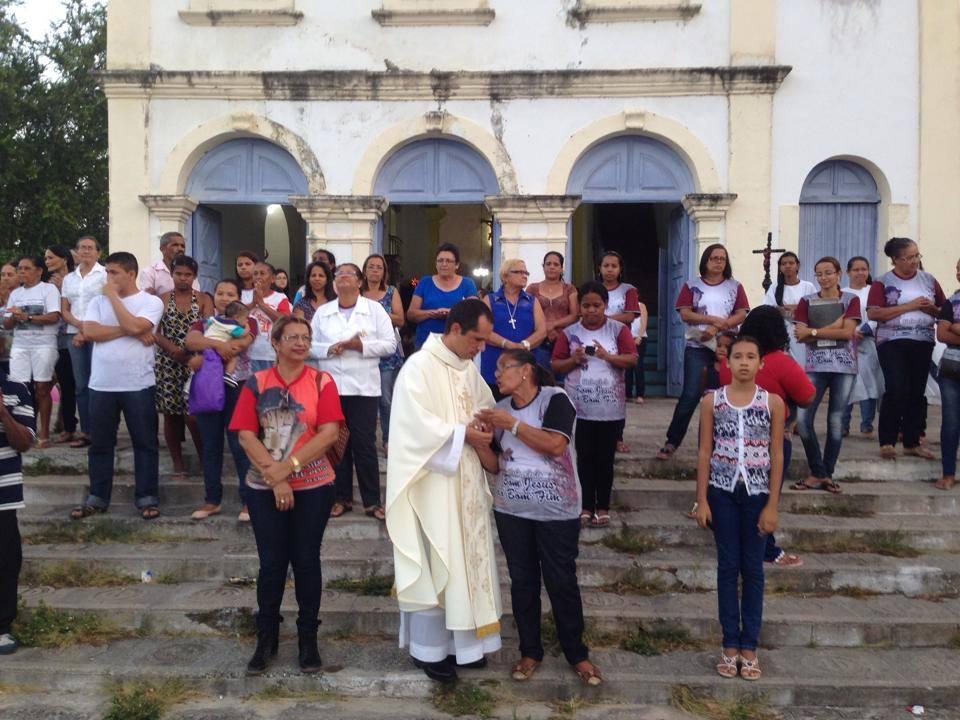 Padre Edvan Bernardino durante a cerimônia religiosa. (foto: Gabriel Santos)