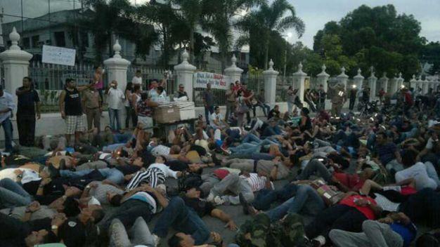 Militares se deitam para simbolizar 15 mil assassinatos (Foto: Jonathas Maresia)