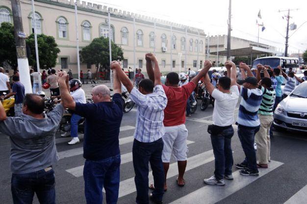 Militares também protestaram em frente ao QCG.