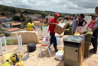 Moradores de Lajedinho tentam recuperar o que sobrou depois da enxurrada