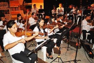 Orquestra Sinfônica Municipal Ari de Queiroz. Regida pela maestrina Simone Bastos