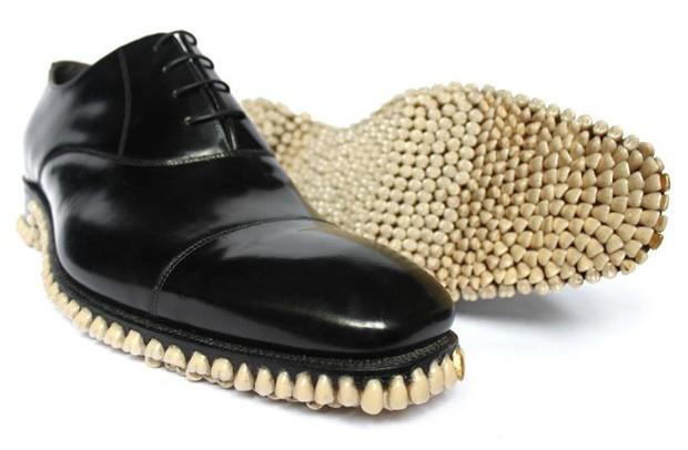 Sapato 'do predador' tem sola coberta por 100 próteses dentárias (Foto: Divulgação)